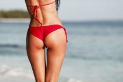 Sexy Frauenrückseite auf Seehintergrund Stockbild