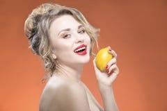 Sexy Frucht-Reihe Lächelndes glückliches nacktes kaukasisches blondes Mädchen mit Zitrone Lizenzfreie Stockfotos