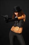 Sexy gangster die een pistool ontspruit. Royalty-vrije Stock Foto