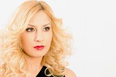 Sexy gelockte Blondine stockbilder