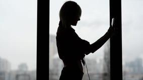 Sexy, gelukkige vrouw aan muziek luisteren en het dansen die stock footage
