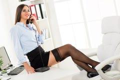 Sexy Geschäftsfrau Phoning Stockbild
