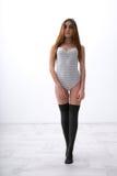 Sexy geschikte vrouw in bodysuit stock foto