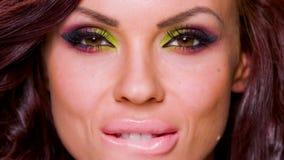 Sexy Gesicht der entzückenden Frauen-Aufstellung stock video