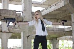 Sexy Gewehrfrau mit zwei Gewehren Stockbild