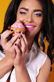 Sexy girl with dark hair and tanned skin, holding delicious cake Royalty Free Stock Photos