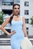 Sexy glamourvrouw in de blauwe kleding van de manierstijl met handtas Stock Foto