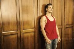 Sexy hübscher junger Mann vor Garderobe stockbilder