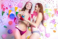 Sexy heet meisje die bikini het dansen het nieuwe jaar van de partijgebeurtenis of B dragen stock foto