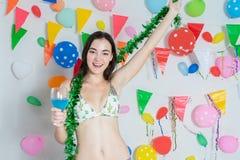 Sexy heet meisje die bikini het dansen het nieuwe jaar van de partijgebeurtenis of B dragen stock afbeeldingen