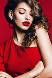 Sexy heiße Frau im roten Kleid mit den roten Lippen Lizenzfreies Stockfoto