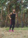 Sexy, heißer muskulöser Sport bemannt das Gehen in den Park Ein sexy muskulöser Mann auf einem natürlichen Hintergrund Sport-Konz stockbild