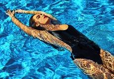 Sexy heißes schönes Mädchenmodell mit dem dunklen Haar in der stilvollen Badebekleidung Lizenzfreie Stockbilder