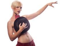 Sexy herrliche Frau, die ihre Brüste mit einem Hut bedeckt stockbild
