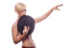 Sexy herrliche Frau, die ihre Brüste mit einem Hut bedeckt Stockfotografie