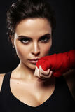herrliche Frau mit dem dunklen Haar in den Sporthandschuhen für das Boxen Lizenzfreies Stockbild