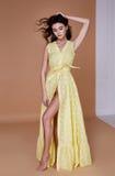 Sexy het gezichtstan van de schoonheidsvrouw mooie gele de zijdekleding van de huidslijtage lo Royalty-vrije Stock Afbeelding