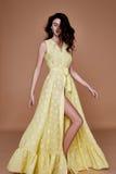 Sexy het gezichtstan van de schoonheidsvrouw mooie gele de zijdekleding van de huidslijtage lo Stock Foto