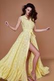 Sexy het gezichtstan van de schoonheidsvrouw mooie gele de zijdekleding van de huidslijtage lo Stock Afbeelding