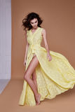 Sexy het gezichtstan van de schoonheidsvrouw mooie gele de zijdekleding van de huidslijtage lo Royalty-vrije Stock Afbeeldingen
