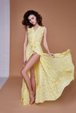 Sexy het gezichtstan van de schoonheidsvrouw mooie gele de zijdekleding van de huidslijtage lo Stock Foto's