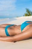 Sexy het lichaamsvrouw die van de bruine kleurbikini op strand zonnebaden stock afbeeldingen