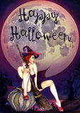 Sexy Hexe, die auf Kürbis u. x22 sitzt; Glückliches Halloween& x22; , furchtsame Nachtlandschaft Stockfotos