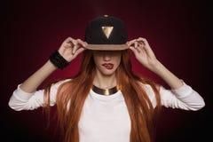 Sexy Hip-Hop-Frau in der Kappe Lizenzfreies Stockbild