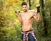Sexy houthakker in bos royalty-vrije stock afbeelding