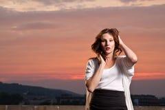 Sexy jong model bij zonsondergang Stock Afbeeldingen