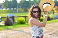 Sexy jong model dat de lach van een de zomerkleding draagt Stock Afbeelding
