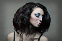 Sexy jong model op grijze achtergrond Stock Foto's