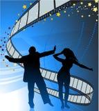 Sexy jong paar dat op de achtergrond van de filmstrook danst Stock Foto's