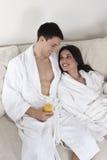 Sexy jong paar in de ochtend die ontbijt heeft royalty-vrije stock fotografie