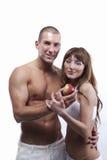 Sexy jong paar in wit, met appel stock foto's