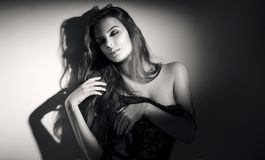 Sexy jong vrouwen zwart-wit portret Verleidelijke jonge vrouw met lang haar stock foto