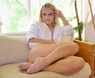 Sexy jonge blondevrouw in slechts het overhemd van mannen Stock Afbeelding
