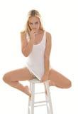 Sexy jonge blondevrouw in witte mouwloos onderhemd en borrels Royalty-vrije Stock Fotografie
