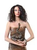 Sexy jonge donkere ingehuurde vrouw die houdend een slang stellen Stock Foto