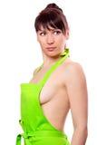 Sexy jonge huisvrouw die groene schort draagt Royalty-vrije Stock Foto's