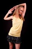 Sexy jonge lange blonde in yellooverhemd Stock Afbeeldingen