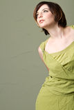 Sexy jonge maniervrouw met groene kleding Royalty-vrije Stock Foto's
