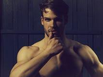 Sexy jonge mens royalty-vrije stock afbeeldingen
