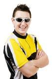 Sexy jonge mens in t-shirt die zonnebril draagt Royalty-vrije Stock Afbeeldingen