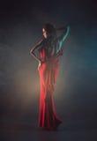 Sexy jonge schoonheidsvrouw in rode kleding royalty-vrije stock fotografie