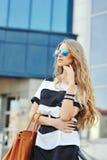 Sexy jonge schoonheidsvrouw in zonnebril Stock Fotografie