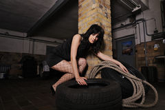 Sexy jonge vrouw binnen in de autodienst Royalty-vrije Stock Afbeeldingen