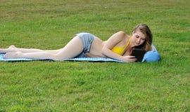 Sexy jonge vrouw die in bikinibovenkant en borrels opmaken Stock Afbeelding