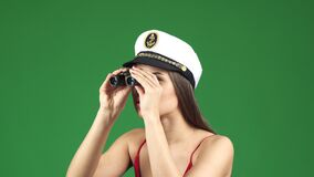 Sexy jonge vrouw in een zeeman GLB die weg met verrekijkers kijken die vreugdevol glimlachen stock videobeelden