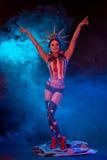 Sexy jonge vrouw in erotische amuletslijtage het dansen striptease in nachtclub De naakte sexy vrouw in toont kostuum Royalty-vrije Stock Foto